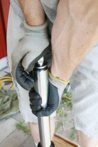 Ställ gaffelbenet på något som skyddar dess ände och golvet och drag övre gaffelbenet uppåt samtidigt som du trycker Progressive-innerbenet nedåt i gaffelbenet tills du kommer åt att gänga i gaffelbenspluggen i gaffelbenet.