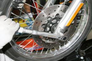 Dra fast framaxeln med muttern på vänster sida med 61,0 till 74,6 newtonmeter