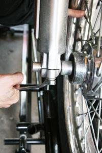 Lossa de två muttrarna som håller överfallet på undersidan av höger gaffelben (2 stycken 1/2-tumshylsa).