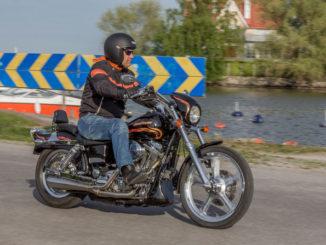 Hans Wiksten på sin Harley-Davidson Dyna Wide Glide CVO