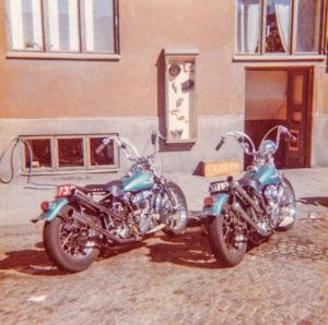 Börje Björks och Ove Källbergs tidiga chopperbyggen utanför källarlokalen i Sundbyberg där Björks Motor startade.