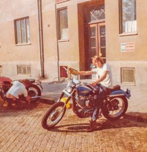 """Björn """"Lillen"""" Hammarstrand jobbade som mekaniker på Björks Motor och köpte våren 1967 en av de två första Sportster-cyklarna som Björks importerade. Lillen blev också en av den tidens främsta byggare av Harley-Davidson-choppers."""