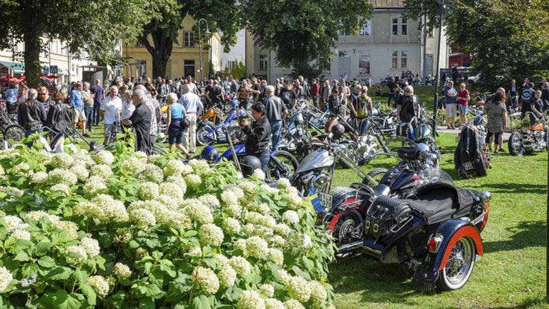 Trångt i Ugglans park under Strängnäs Bike Show.